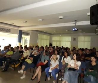 """Projekcija dokumentarnog filma """"Iza lica zrcala"""" održana u KIC-u Gospić"""