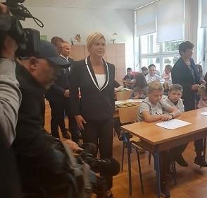 Predsjednica Grabar Kitarović s ministricom znanosti i obrazovanja Blaženkom Divjak posjetila  OŠ dr. Jure Turića