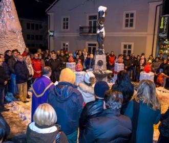 Sinoć je u centru Gospića upaljenadruga adventska svijeća.