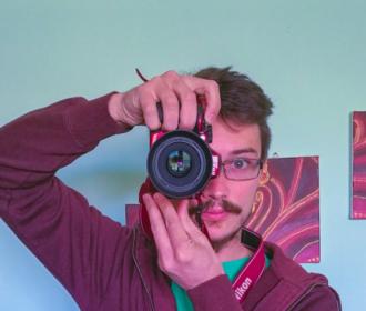 """IZLOŽBA FOTOGRAFIJA JOSIPA DURDOVA """"MALE OČI U VELIKOM SVIJETU"""" U POU DR. ANTE STARČEVIĆ U GOSPIĆU"""