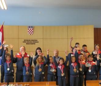 Gradonačelnik Karlo Starčević i zamjenica Kristina Prša upriličili  prijem za dječake i djevojčice  Rukometnog kluba Gospić